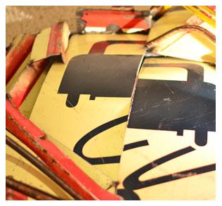 Quelques touches d'art contemporain, ici : un vieux panneau de circulation recomposé