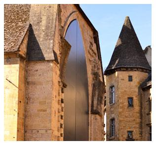 La grande porte de l'église Sainte Marie