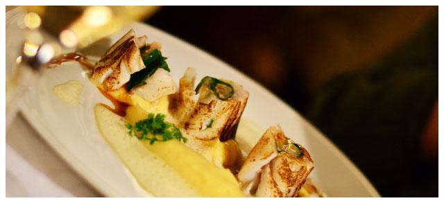 Bûche de cabillaud cuite au chalumeau et au cœur de langoustine, écume crustacés, mousseline de panais